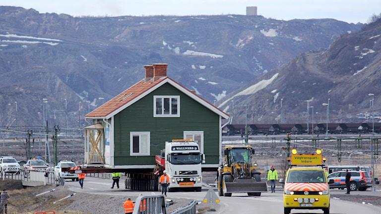 Arbetarbostaden B5 flyttades från Bolagsområdet till foten av berget Luossavaara. Här är den nästan framme.