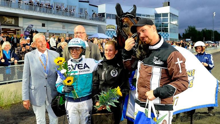 Tränaren Daniel Redén kramar om hästen Propulsion efter segern i Norrbottens stora pris på Bodentravet 2017.