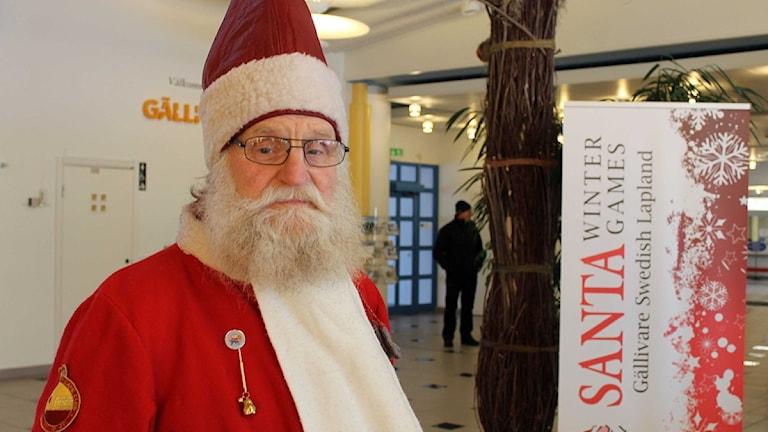 Dundertomten Sivert Svensson är domare i Tomtarnas vinterspel som äger rum i Gällivare på lördag. Foto: Alexander Linder/ Sveriges Radio.