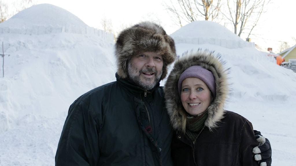 Tim och Birgitta Linhart framför det blivande konserthuset i is. Foto: Linnea Luttu/Sveriges Radio.