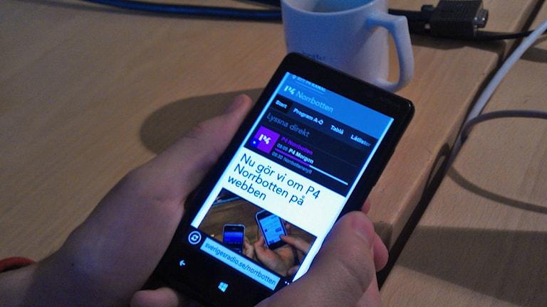 Med en smart mobiltelefon kan man snart få information om vad som händer i Bodens kommun.  Foto: André Pettersson/Sveriges Radio.