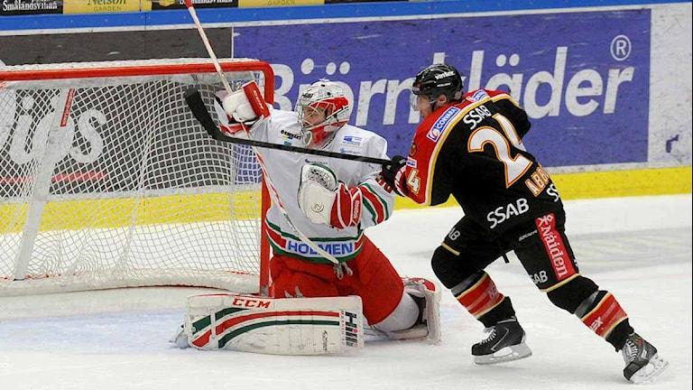 Cam Abbott i Luleå Hockey har läge mot Modo. Foto: Alf Lindbergh/Pressbilder
