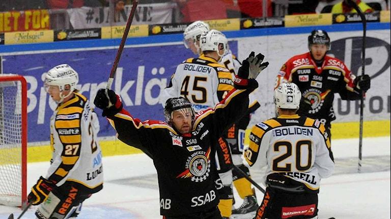 Per Ledin och Luleå Hockey jublar efter mål mot Skellefteå. Foto: Alf Lindbergh/Pressbilder.