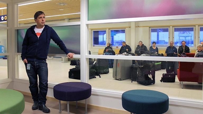 Flygplatschef Peter Salomonsson på Kiruna Airport som har byggts om för 15 miljoner kronor. Foto: Alexander Linder/ Sveriges Radio.