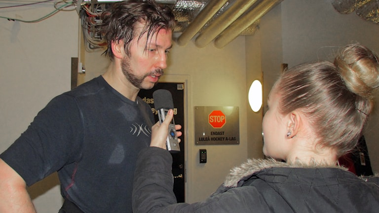 Luleå Hockeys Per Ledin intervjuas av prao-eleven Emma Juntti. Foto: Axel Juntti, prao-elev, Sveriges Radio.