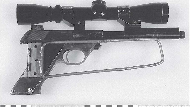 Pistol med kikarsikte.