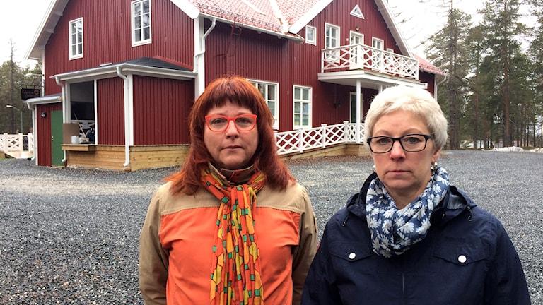 Fritidspedagogerna Margot Holmqvist och Kerstin Marklund framför de som var Kullens fritids innan kommunen sålde det.