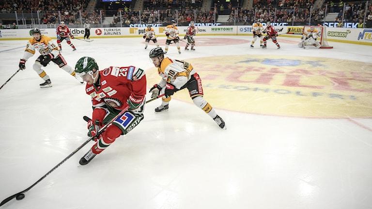 Frölundas Johan Sundström och Luleås Einar Emanuelsson jagar pucken.