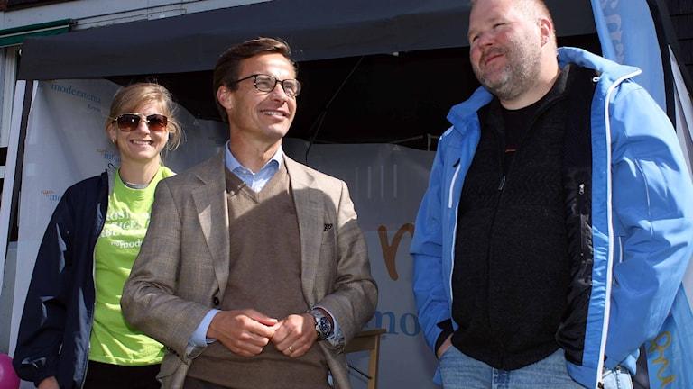 Socialförsäkringsminister Ulf Kristersson (M) på besök i Kiruna. Anna Alriksson och Rickhard Lantto också på bild. Foto: Alexander Linder/ Sveriges Radio.
