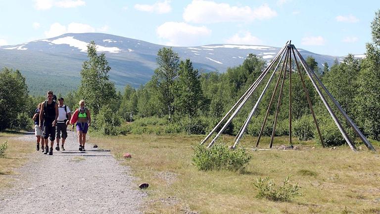 Sommar i fjällvärlden. Fjällvandrare som traskar in i Nikkaluokta. Foto: Alexander Linder/ Sveriges Radio.