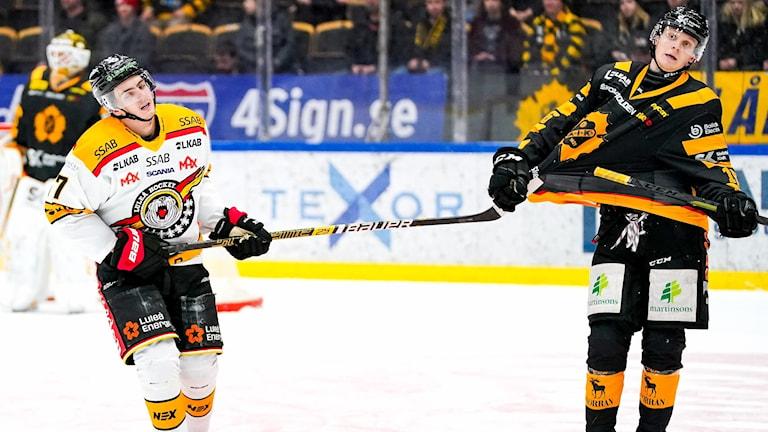 Skellefteås Linus Lindström i närkamp med Luleås Isac Brännström  under ishockeymatchen i SHL mellan Skellefteå och Luleå den 11 februari 2020 i Skellefteå.