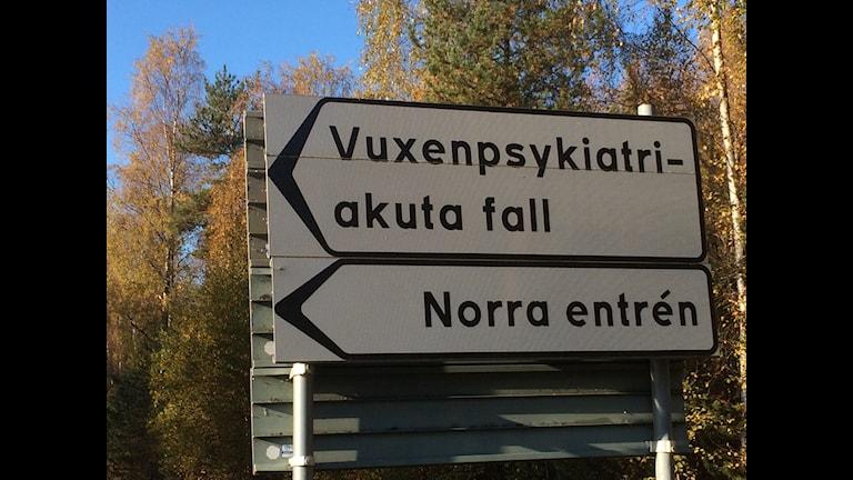 Vägskylten till psykakuten, Sunderby sjukhus. Foto: Eva Elke, Sveriges Radio