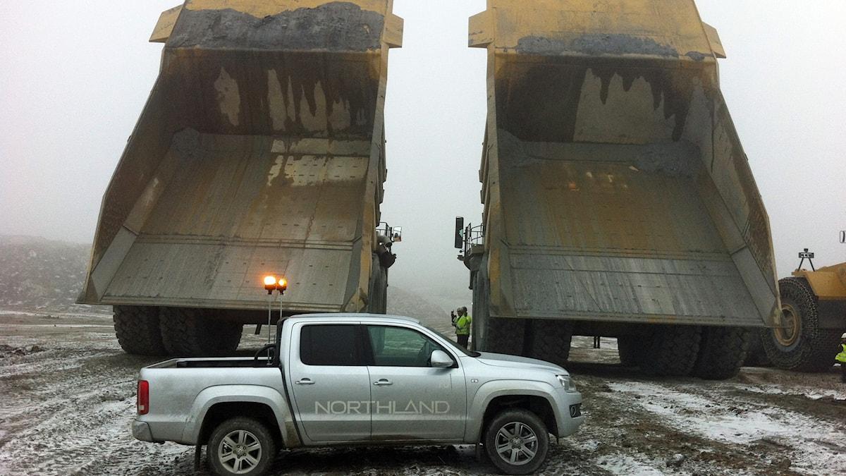 Gruvtruckar med tomma flak i Northlands gruva i Kaunisvaara i Pajala. Foto: Mats Jonsson/Sveriges Radio.