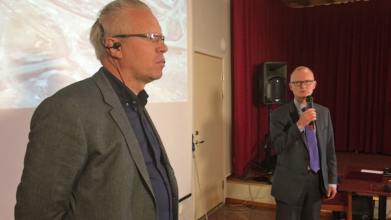 Northlands vd Johan Balck och rekonstruktören Lars Söderqvist under presskonferensen i Pajala Folkets hus. Foto: Lena Callne/Sveriges Radio.