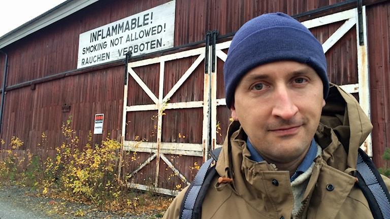 Lars Gyllenhaal utanför tyskmagasinen i Karlsvik. Foto: Linnea Luttu/Sveriges Radio.