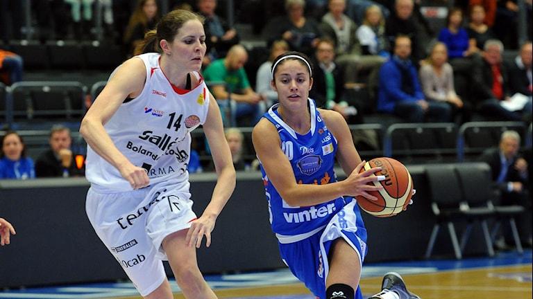 Northland Baskets Katie Bussey mot Salléns Katarina Andersson. Foto: Alf Lindbergh/Pressbilder.