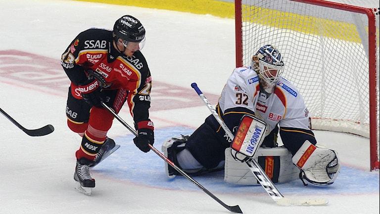 Luleå Hockeys Lucas Wallmark mot Djurgårdens målvakt Mikael Tellqvist. Foto: Alf Lindbergh/Pressbilder.