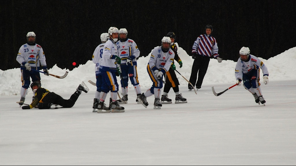 HT bandys herrar i en försäsongsmatch mot ryska Murmansk, till vänster Markus Hiukka (23)
