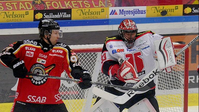 Luleå Hockeys Per Ledin framför Örebros målvakt Julius Hudacek. Foto: Alf Lindbergh/Pressbilder.