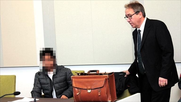 Den misstänkte mannen med sin försvarare Niklas Lundgren i Luleå tingsrätt. Foto: Stig-Arne Nordström/Sveriges Radio. Foto: Stig-Arne Nordström/Sveriges Radio.