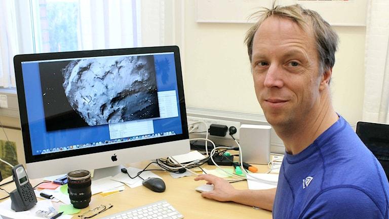 På onsdag sätter rymdsonden Rosetta ner en landare på en komet. Forskaren Hans Nilsson vid Institutet för rymdfysik, IRF, följer resan med stort intresse. Foto: Alexander Linder/ Sveriges Radio.