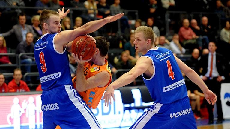 LF Baskets Christopher Ryan och Haukur Pálsson mot Norrköping. Foto: Alf Lindbergh/Pressbilder.