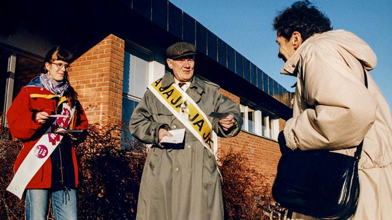 Valarbetare delar ut valsedlar under folkomröstningen om EU 1994. Foto: Hans T Dahlskog/TT.