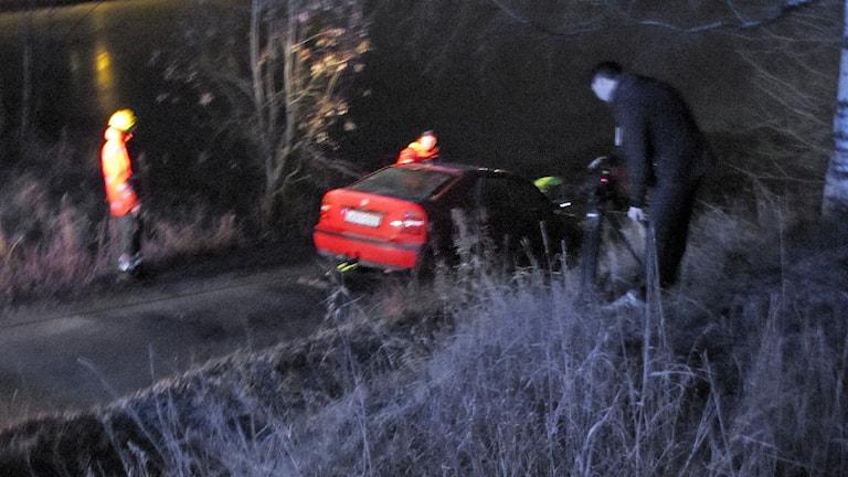 Bil som gått genom isen i Luleå bärgas. Foto: Hjalmar Lindberg/Sveriges Radio.