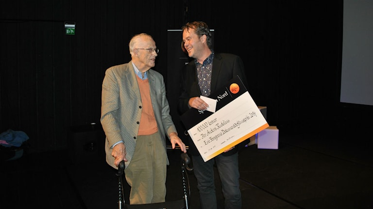 Eric Forsgren delade ut sitt dokumentärfilmspris 2014 till Per Anders Rudelius. Foto: Malin Winberg, Sveriges Radio.