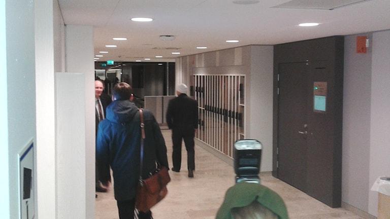 Den 30-årige man som enligt åklagaren fungerat som indrivare, släpptes på fri fot när rättegången avslutades på måndagen. Misstankarna mot honom kvarstår dock. Foto: Eleonor Norgren/Sveriges Radio