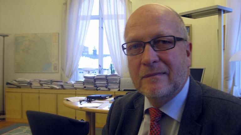 Губернатор Норрботтена Свен-Эрик Ёстерберг/Sven-Erik Österberg уверен, что муниципалеты не раздули цифры мест для временного размещения беженцев. Фото: David Ohlsson / P4 Norrbotten
