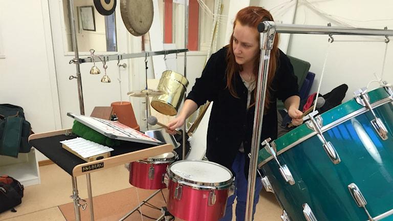Emma Roos, musikstuderande på LTU i Piteå, var med och spelade upp barnens musik. Foto: Malin Winberg, Sveriges Radio.