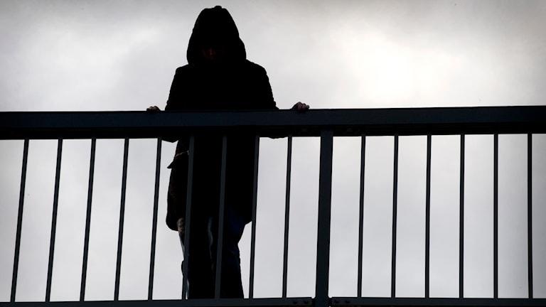 Ensam kvinna vid broräcke. Foto: Claudio Bresciani/TT