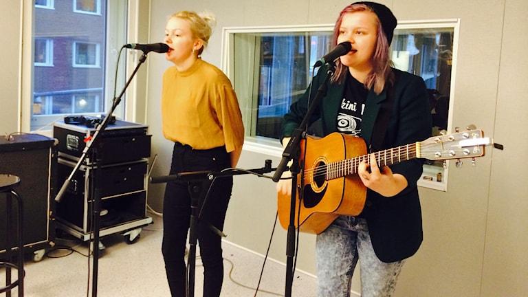 Rebecca Digervall och Sanna Kalla från The Magnettes spelar live i studion. Foto: Fredrika Johansson/Sveriges Radio.