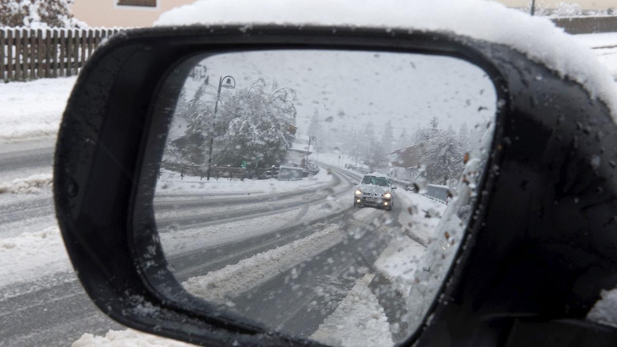 En bil syns i backspegeln. Foto: AP Photo/Kerstin Joensson/TT.