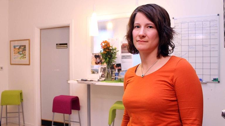 Mia Fors, controller på fritids- och kulturförvaltningen i Kiruna, ser flera risker med omorganisationen i Kiruna kommun. Foto: Alexander Linder/Sveriges Radio.