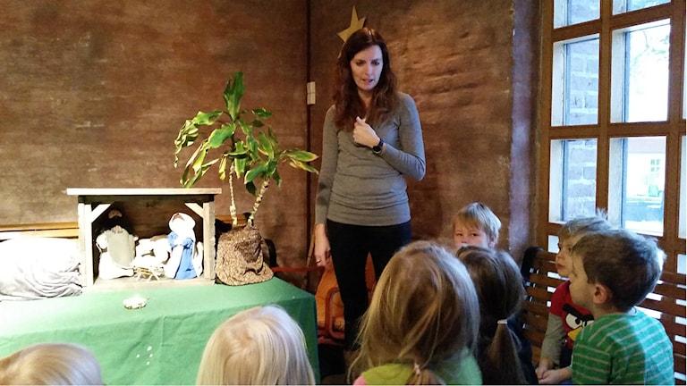 Barnen från Tallrotens förskola I ur och skur såg på julspelet med julkrubban i Örnäsets kyrka. Foto: Carin Sjöblom/ Sveriges Radio.
