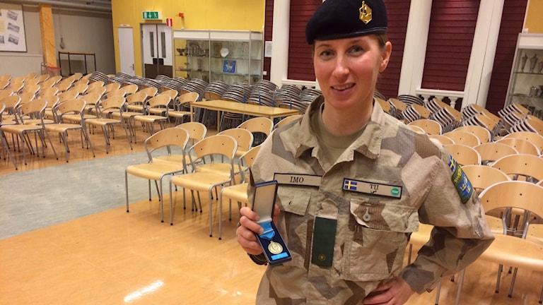 Tii Lilja, plutonchef vid regementet I 19 i Boden fick medalj efter sin insats i Afghanistan. Foto: David Zimmer/Sveriges Radio.