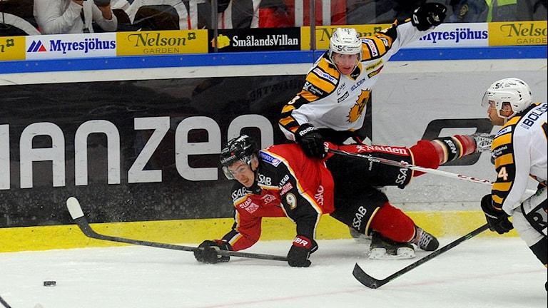 Luleå Hockeys Johan Forsberg i kamp med Skellefteås Niclas Burström. Foto: Alf Lindbergh/Pressbilder.