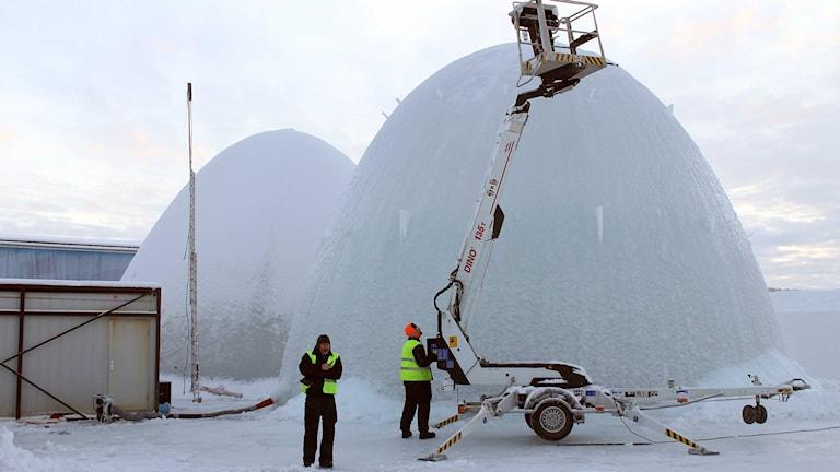 Två iskupoler byggs utanför ishotellet i Jukkasjärvi. Foto: Alexander Linder/ Sveriges Radio.