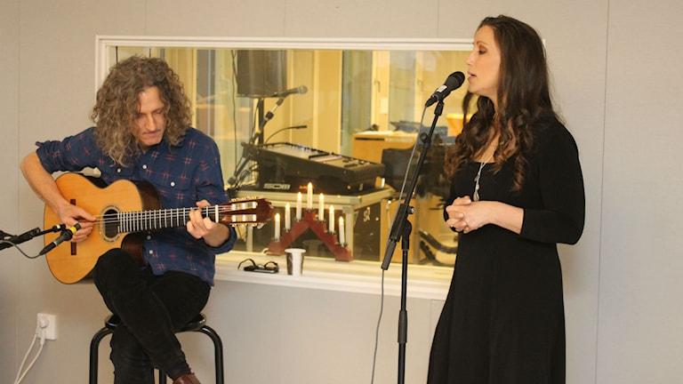 Lisa Nilsson och gitarristen Mattias Torell