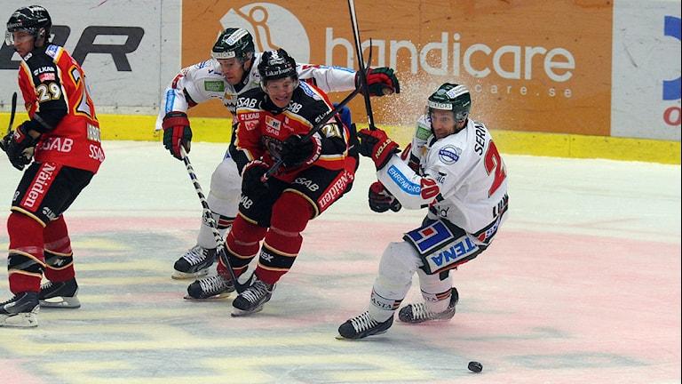 Luleå Hockeys Emil Sylvegård mot Frölundas Joel Lundqvist. Foto: Alf Lindbergh/Pressbilder.