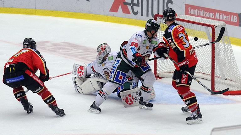 Luleå Hockeys Per Ledin gör mål mot Frölunda. Foto: Alf Lindbergh/Pressbilder.