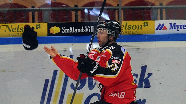 Luleå Hockeys Per Ledin kastar upp handsken i en målgest. Foto: Alf Lindbergh/Pressbilder.