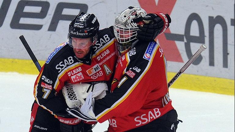 Luleå Hockeys Jan Sandström kramar om målvakten Daniel Larsson efter segern. Foto: Alf Lindbergh/Pressbilder.
