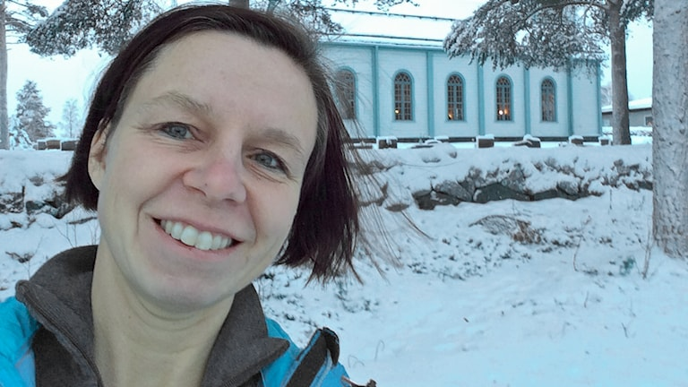 P4 Norrbottens programledare Lena Callne utanför kyrkan i Korpilombolo.