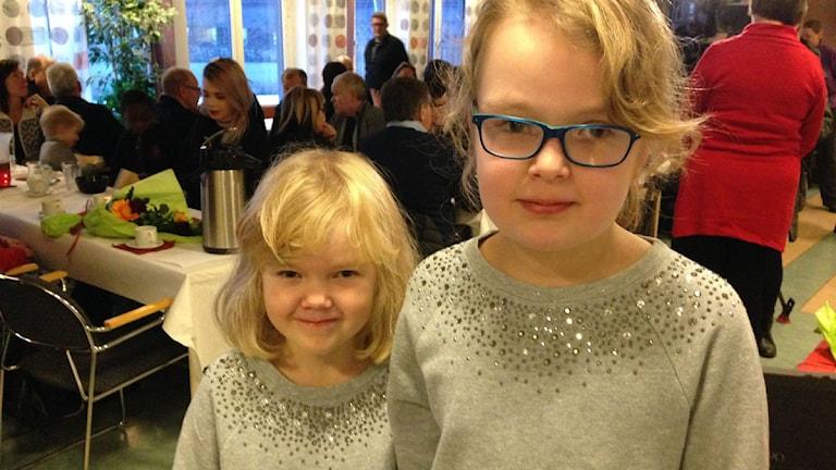 Janina (9 år) och Alesia (11 år) Hansson fick utmärkelsens Rådig insats 2014 av Räddningstjänsten i Luleå. Foto: Malin Winberg, Sveriges Radio.