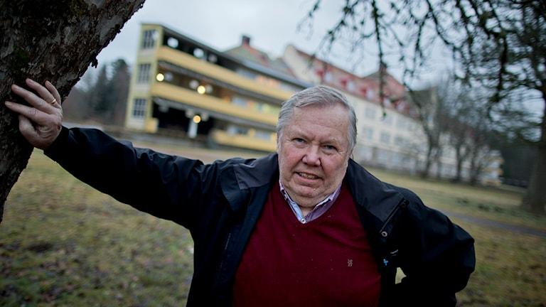 Bert Karlsson utanför ett asylboende han öppnat utanför Skara.. Foto: Adam Ihse / TT