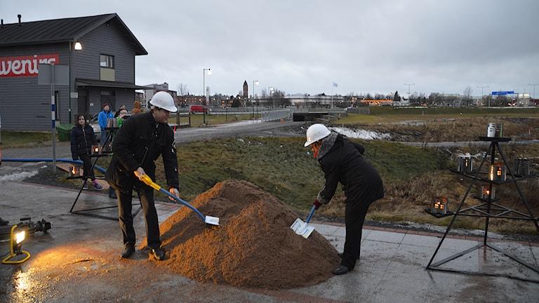 David Letho på Concent AB och Haparandas kommunalråd Gunnel Simu (S) tar det symboliska första spadtaget för bygget av Barents center. Foto: Concent.