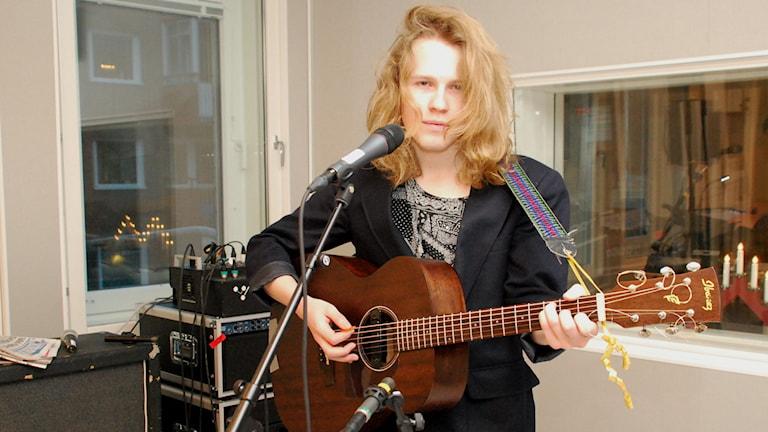 Dennis Kalla är artisten bakom veckans färsking On my skin. Fotot: Hjalmar Lindberg/Sveriges Radio